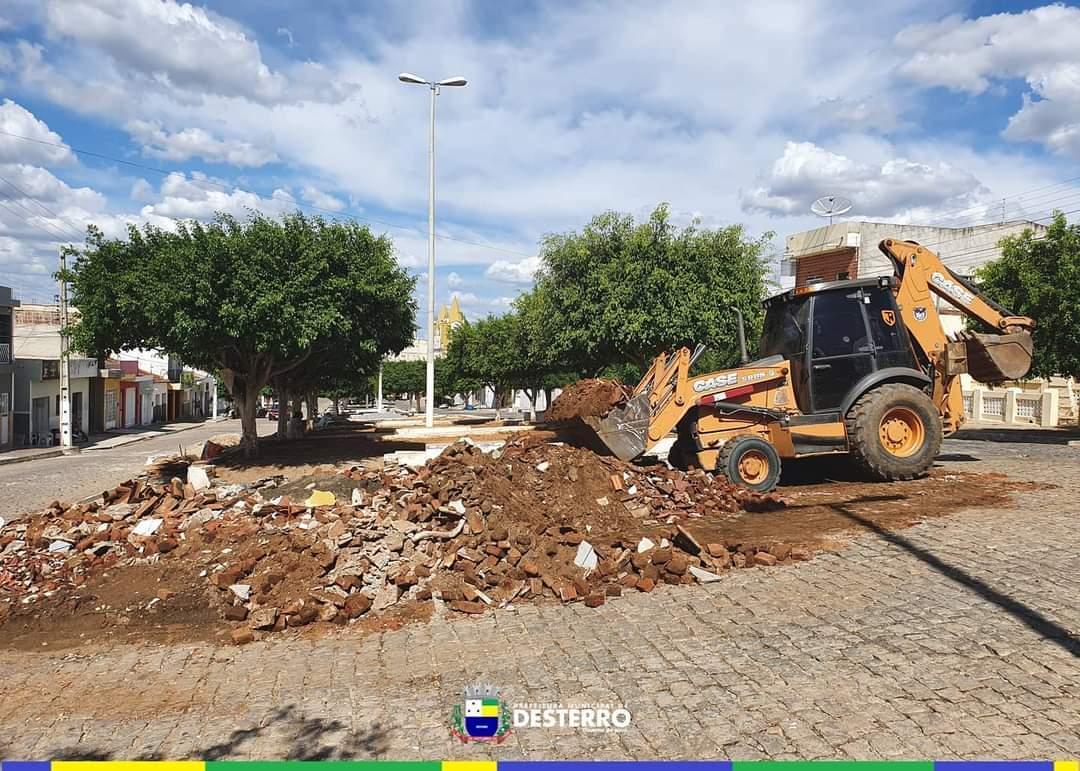 Prefeitura faz mutirão de limpeza nas ruas do município.